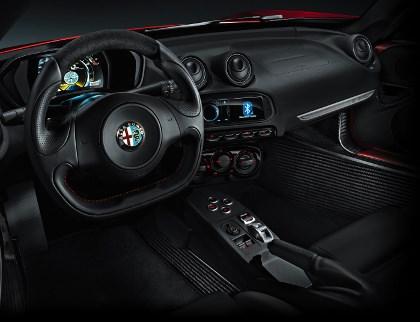Alfa 4C Fahrbericht: Cockpit, Lederlenkrad, schwarzes Interieur Lenkrad, Schaltung, Armaturenbrett, Handbremse, Handbremshebel