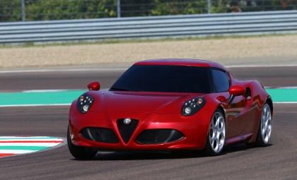 Alfa 4C Fahrbericht: von vorne, flache Schnauze, auf der Rennstrecke, in Rot, Felgen, Lufteinlässe