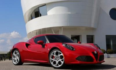 Alfa 4C Test: Seitenansicht, von der Seite, Felgen, rot, Scudetto, flache Karosserie, Zweisitzer, 2 Sitze