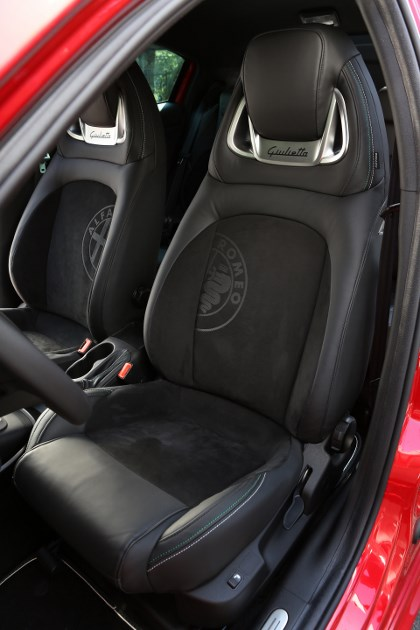 Alfa Giulietta Quattrovalvole: Sitze, Sportsitze, Vordersitze, Ledersitze, Sitzeinteinteiler, einteilig, integrierte Kopfstütze, Teilleder, Lederbezug