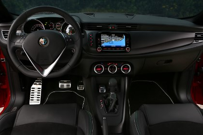 Alfa Giulietta QV 2014: Cockpit, Lenkrad, Ledersitze, Monitor, Navigation, Armaturenbrett, Pedale, Sportpedale