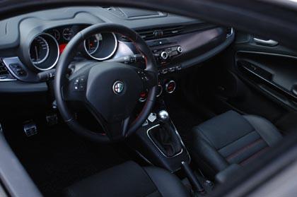 Alfa Giulietta Diesel: Cockpit, Armaturenbrett, Lenkrad, Ledersitze, Schalthebel, Instrumente, italienischer Chic