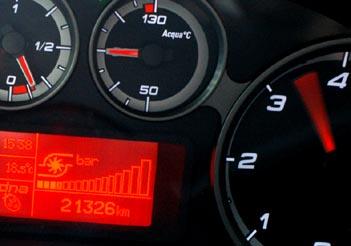Alfa MiTo Diesel: Instrumente, Drehzahlmesser, Wassertemperatur, Ladedruck, Anzeige
