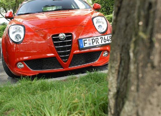 Alfa Romeo MiTomit Dieselmotor Test: Front, Fronpartie, Motorhaube, Scudetto, Haube, rot