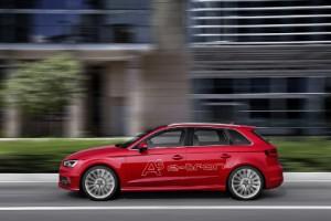 Audi A3 Sportback e-tron: Seitenansicht, von der Seite, in Fahrt, fahrend