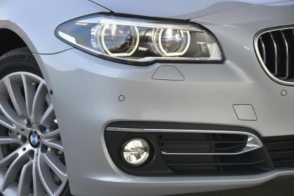 BMW 5er Facelift: Scheinwerfer, Nebelscheinwerfer, Felge, Lufteinlass, Chromspange