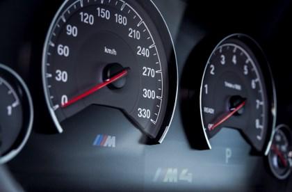 BMW M3 und M4: Instrumente, Tacho 330, Drehzahlmesser