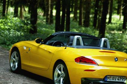 BMW Z4 sDrive35i: Heck, offenes Dach, Seite, gelb