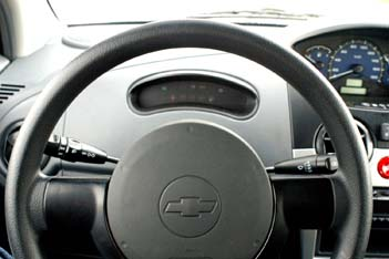 Chevrolet Matiz mit Gas im Test: Cockpit, Lenkrad, Tacho