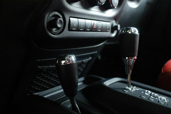 Jeep Wrangler Unlimited Test: Offroad Getriebe, Hebel