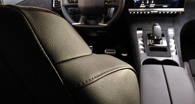 DS7 Sitzpolster in Leder im Cockpit