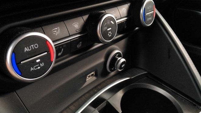 Alfa Stelvio SUV Klima AC, Becherhalter