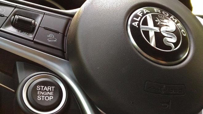 Alfa Stelvio SUV, Startknopf am Lenkrad, Start Knopf