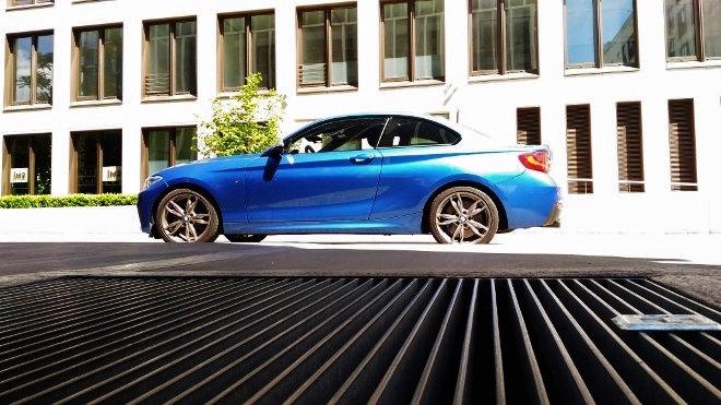 BMW M 240i blau Seite