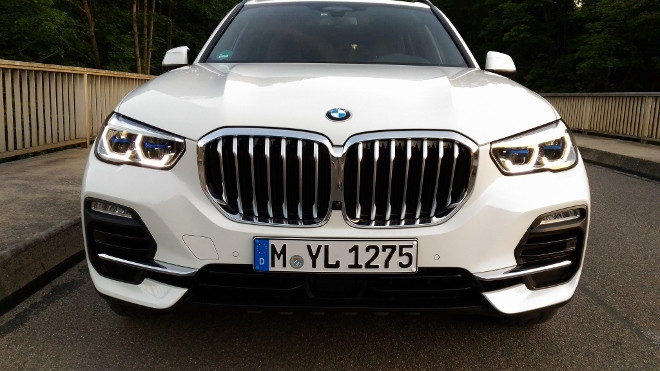 BMW X5 xDrive 30d in weiss, Front und Grill