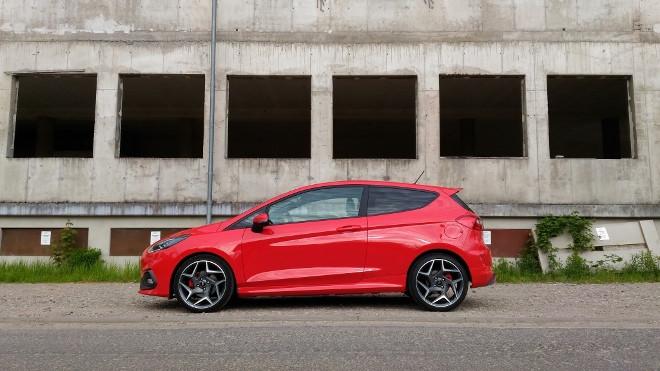 Ford Fiesta ST in Rot von der Seite,