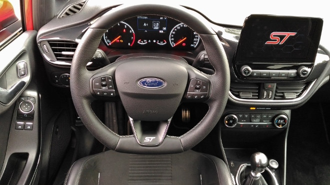 Ford Fiesta ST Lenkrad und Armaturenbrett und Monitor