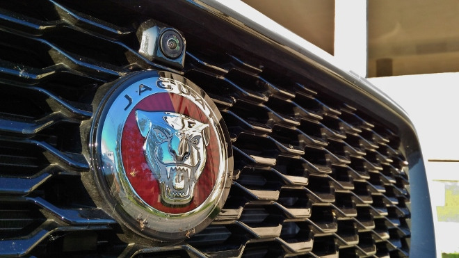 Jaguar E-Pace P200 Grill und Kamera