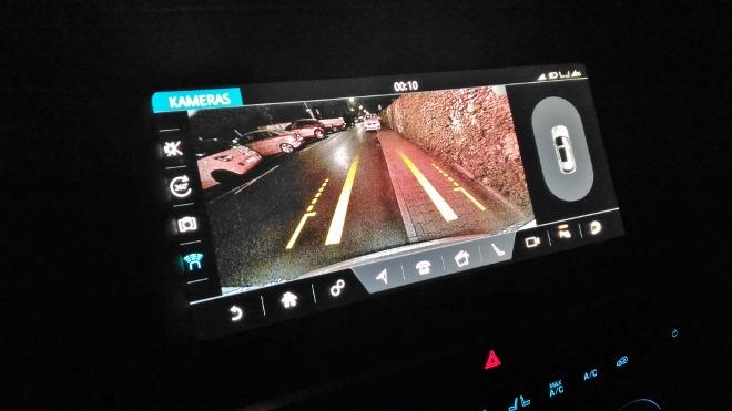 Jaguar E-Pace P200 Kamerabild auf dem Bildschirm, nachts