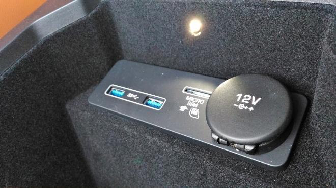 Jaguar E-Pace Steckdose vorne im Fach. 12 V