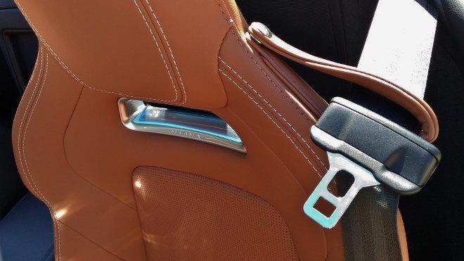 Jaguar F-Type Vierzylinder Gurt, Gurtführung