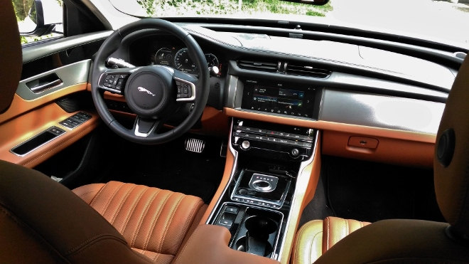 Jaguar XF Innenraum Armaturenbrett