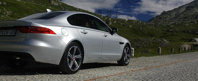 Jaguar XF Karosserie Seite silbern