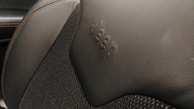Jeep Compass neu, Sitze mit Leder-Stoff-Bezug im Limited