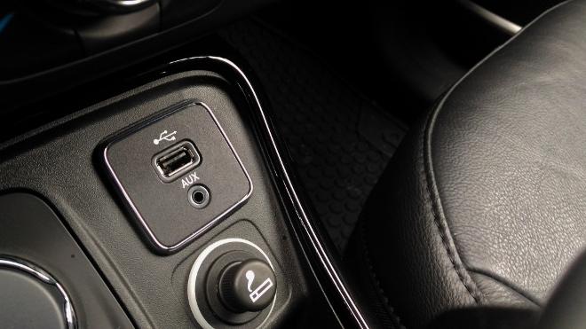 Jeep Compass 2 USB Anschluss und AUX IN vorne