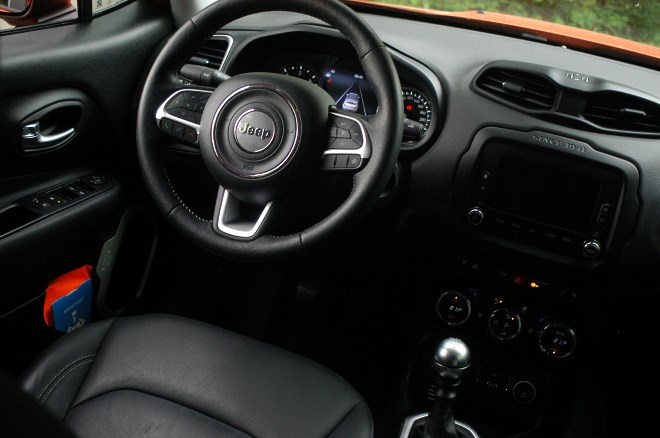 jeep-renegade-cockpit-lenkrad-test