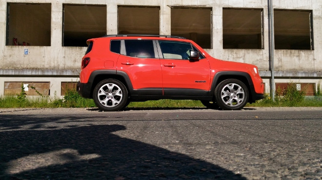 Jeep Renegade Facelift in Orange, aus der Seitenansicht