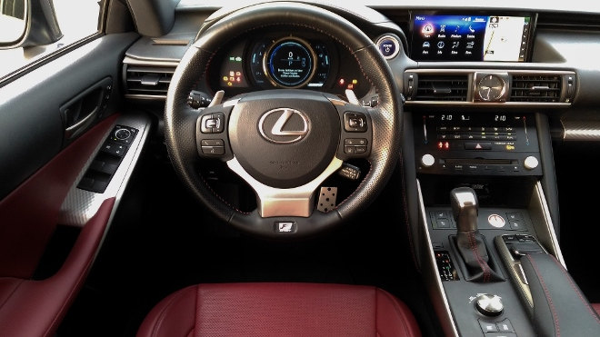 Lexus IS Sport Lenkrad Cockpit 2018