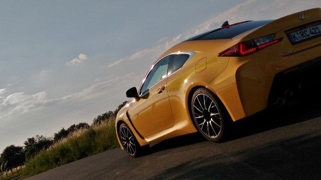 Lexus RC F gelb Carbon, Seite-Heck