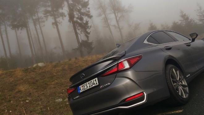 Heckansicht Lexus ES Hybrid 300h