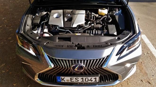 Motor Lexus ES Hybrid 300h