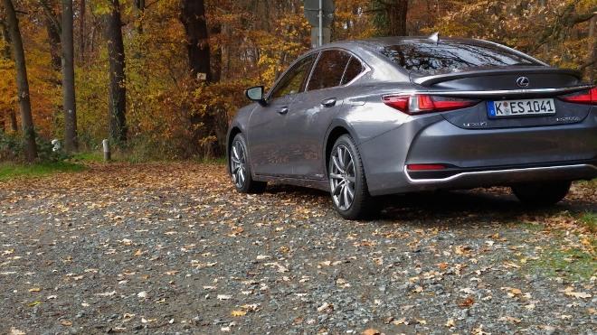 Seite und Heck Lexus ES Hybrid 300h