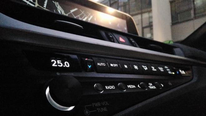 Radioschalter und Klimatasten im Lexus ES Hybrid 300h