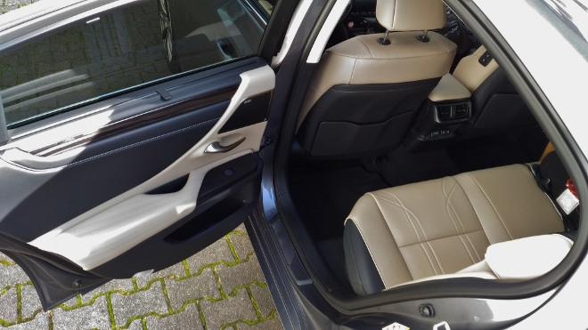Beiges Leder der Sitzbank im Lexus ES Hybrid 300h