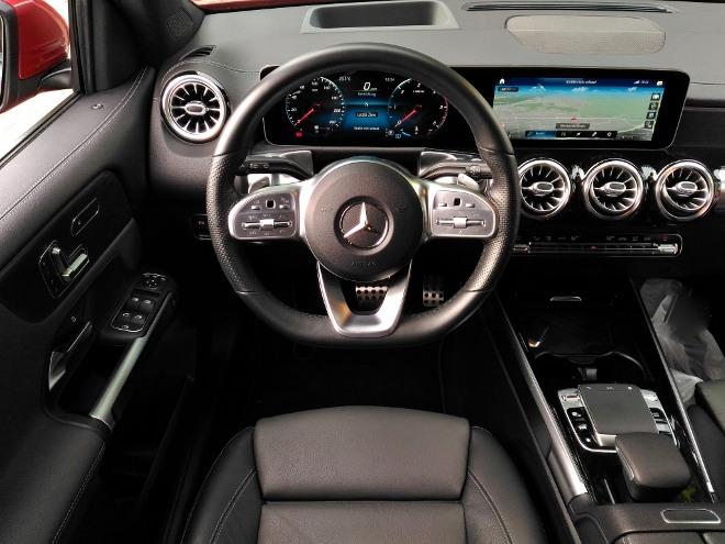 Mercedes GLB Armaturenbrett Lenkrad und Bildschirm