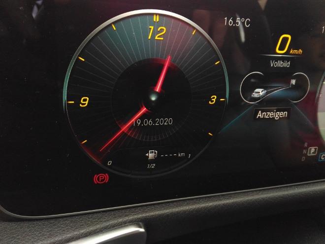 Mercedes GLB 220d Uhr des Digitalcockpits