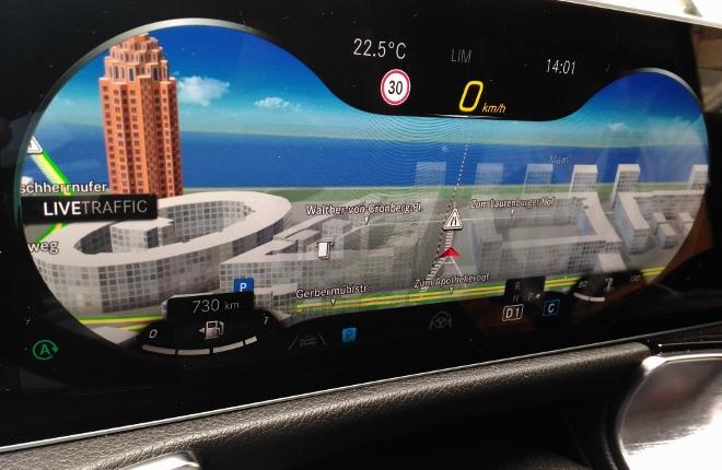 Mercedes GLB 220d Navikarte hinter dem Lenkrad