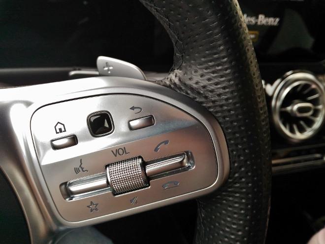 Mercedes GLB Sprachsteuerung, rechte Lenkradspeiche