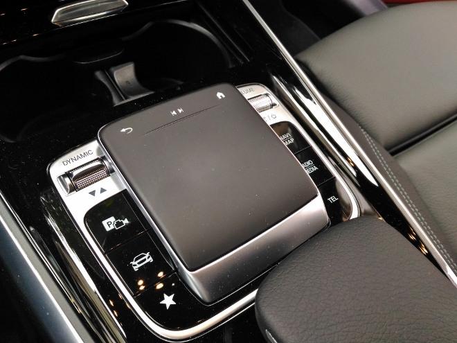 Mercedes GLB 220d Touchpad Controller auf der Mittelkonsole