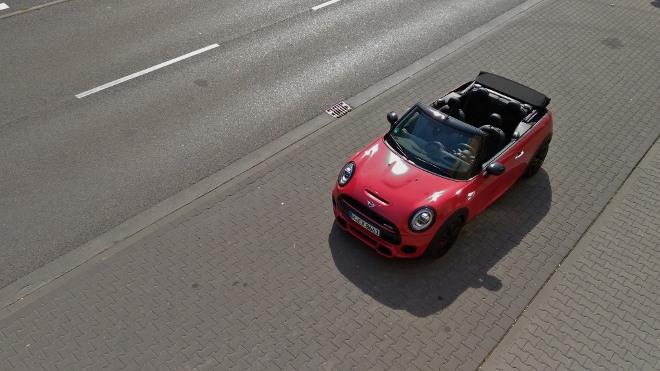Mini Cabrio John Cooper Works in Rot mit schwarzen Felgen