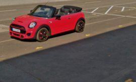 roter Mini Cabrio John Cooper Works ,mit schwarzen Felgen