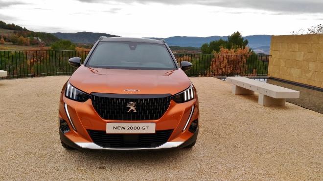 Neuer Peugeot SUV 2008 in Orange, von vorne, 2020