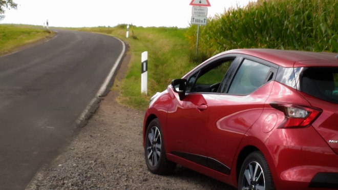 Nissan neuer Micra rot Seite