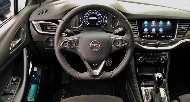 Opel Astra Facelift 8-Gang-Automatik Cockpit und Lenkrad
