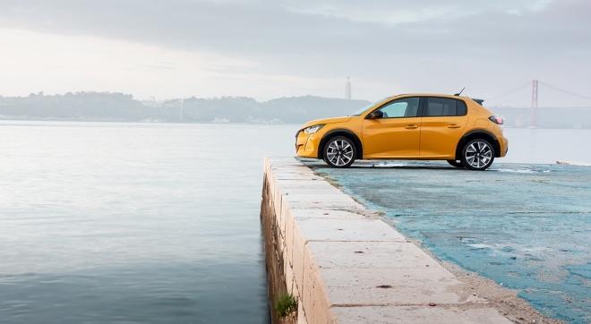 Peugeot 208 in gelb von der seite