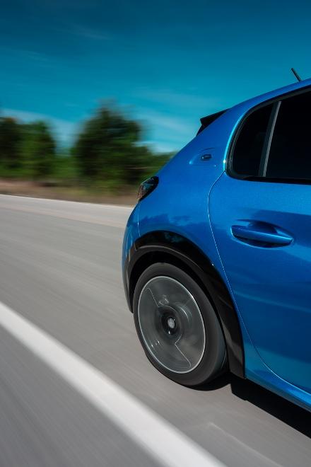 neuer Peugeot 208 elktro, 208e in blau